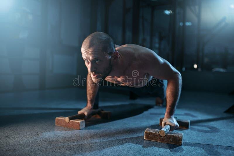 O desportista faz exercícios das flexões de braço no treinamento fotografia de stock royalty free