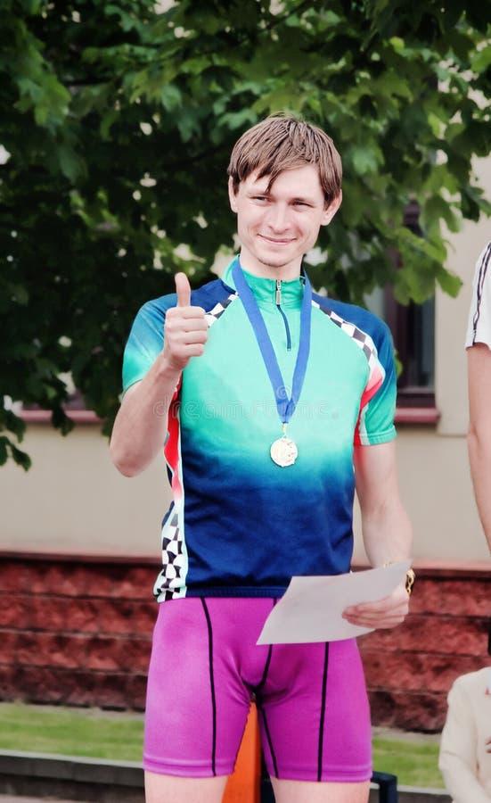O desportista novo concedido por uma medalha imagens de stock royalty free