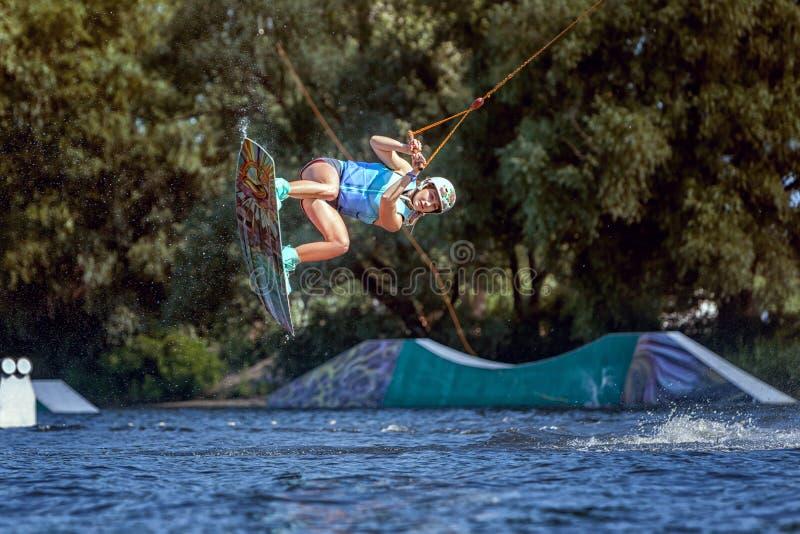 O desportista profissional vai passeio do wakeboard fotografia de stock royalty free