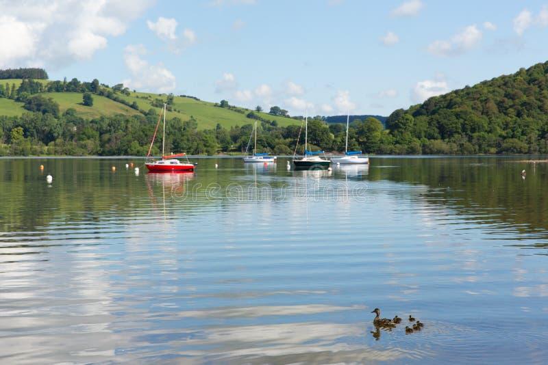 O destino inglês bonito Ullswater Cumbria Inglaterra norte do turista do distrito do lago no verão foto de stock royalty free