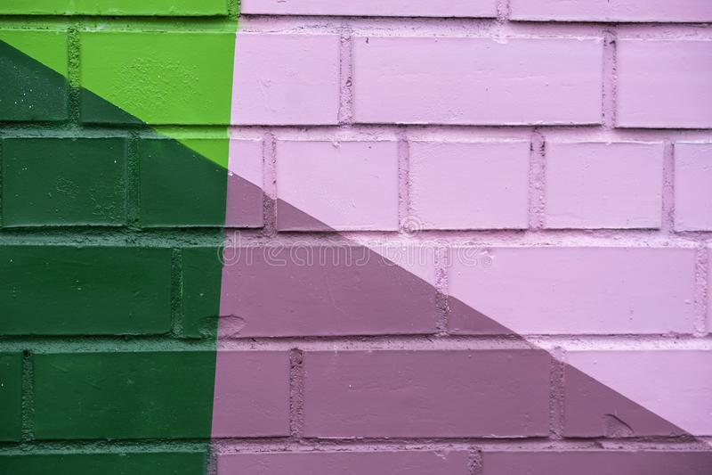 O detalhe abstrato de parede de tijolo com fragmento da pintura colorida gosta como grafittis Com lugar para seu texto, para o fu foto de stock royalty free