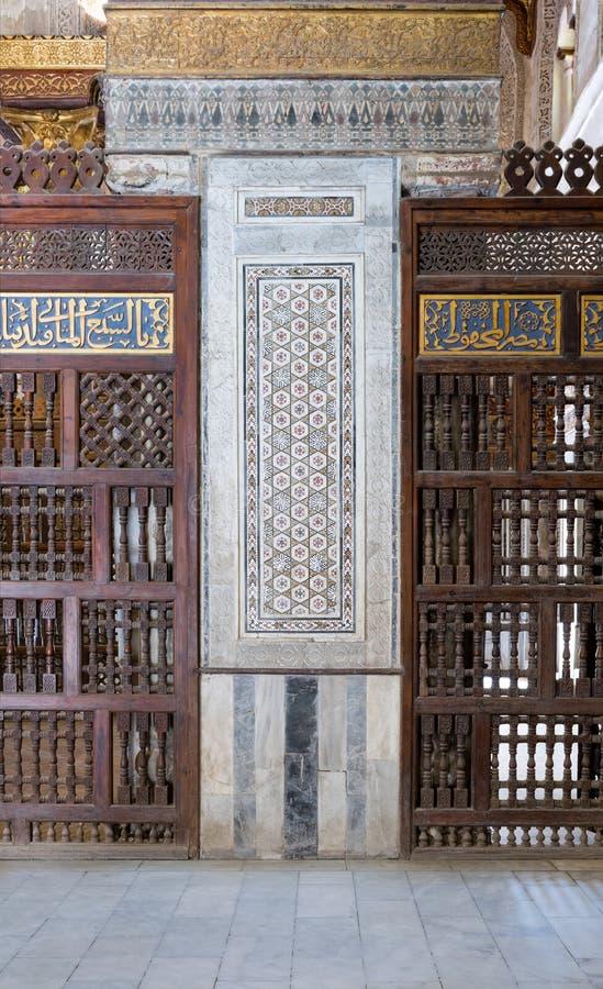 O detalhe arquitetónico de um mármore decorativo do mosaico coloriu o painel foto de stock royalty free