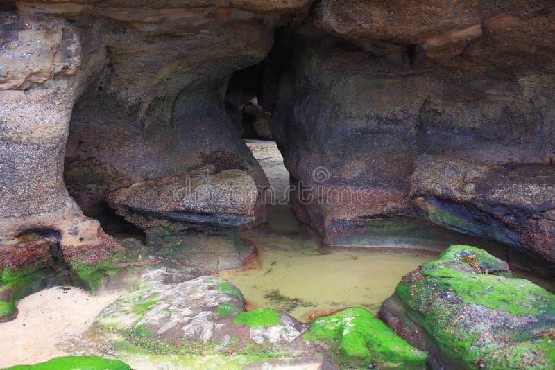 Caverna na maré baixa foto de stock