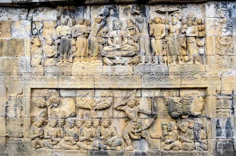 O detalhe de budista cinzelou o relevo no templo de Borobudur em Yogyakar imagens de stock