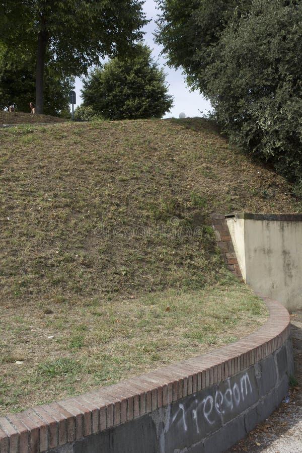 O detalhe de Lucca mura o cerco da cidade fotografia de stock