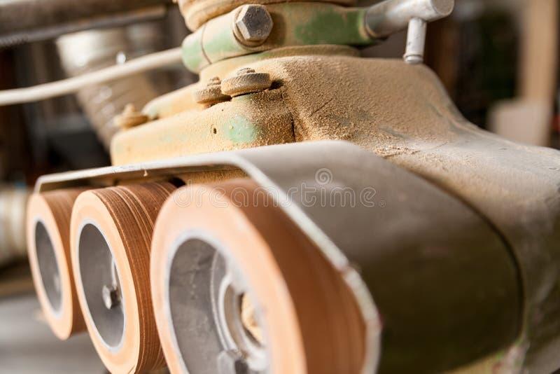 O detalhe de maquinaria roda dentro uma oficina do carpinteiro imagens de stock royalty free