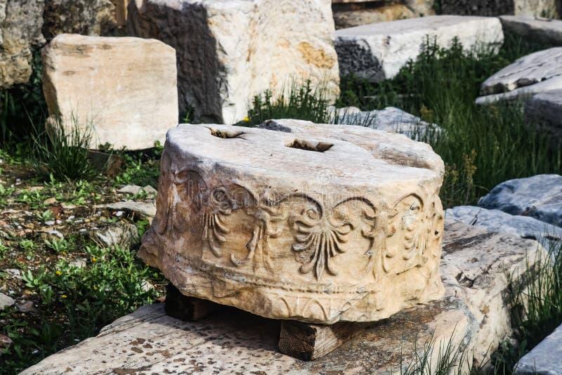 O detalhe de seção quebrada redonda da coluna do Partenon na acrópole de Atenas que foi identificada mas usada não ainda dentro r imagem de stock royalty free