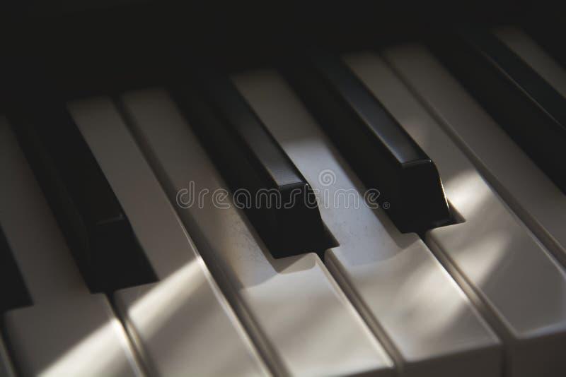 O detalhe de teclado de piano eletrônico velho cinemático empoeirado imagem de stock royalty free