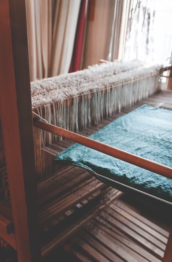 O detalhe de um tear de tecelagem tradicional velho do vintage como uma ferramenta profissional da fabricação do handwork para fe imagem de stock royalty free