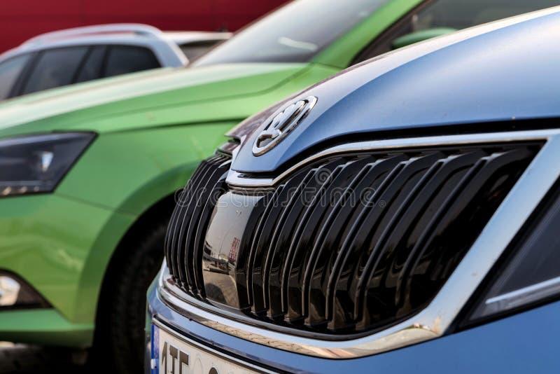 O detalhe de uma grade de carros modernos de Skoda Fabia mostrou no negócio em Ostrava-Poruba fotos de stock