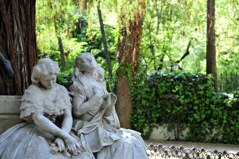 O detalhe do monumento bonito dedicou ao poeta Gustavo Adolfo Becquer imagens de stock