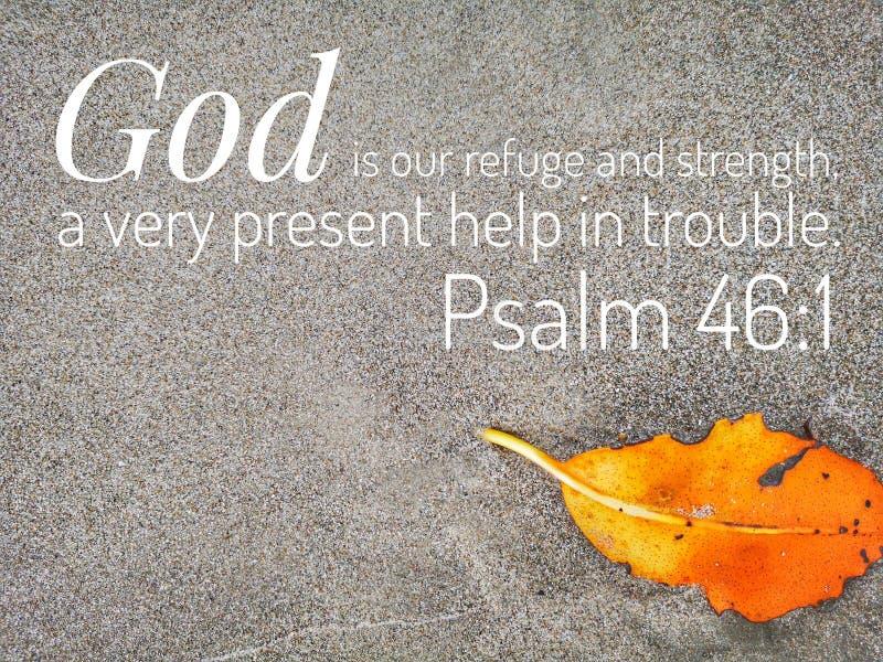 O deus é meu refúgio com projeto do verso da Bíblia para a cristandade com fundo do Sandy Beach fotografia de stock