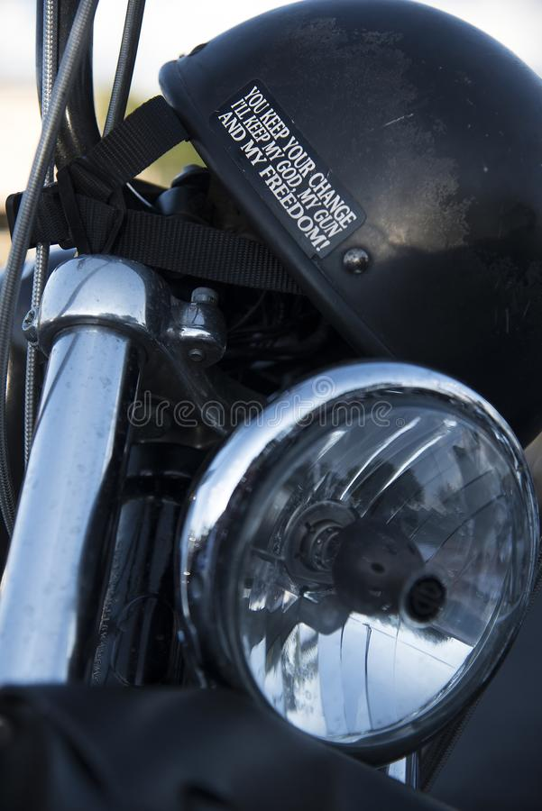 O deus atira na etiqueta da liberdade no capacete preto do motorcyle imagem de stock