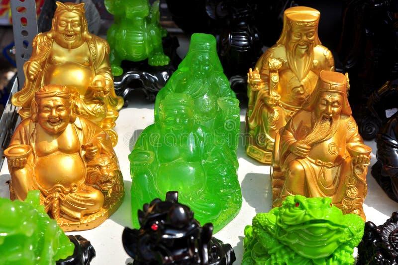 O deus, os animais e os artigos afortunados são para a venda no ano novo lunar na rua de Vietname fotografia de stock