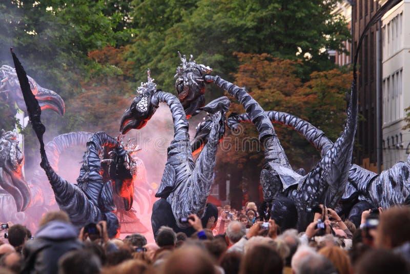 O deventer pré-histórico dos monstro op stelten o festival foto de stock royalty free
