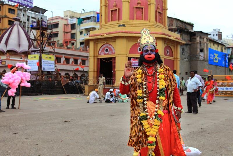 O devoto aparece como o deus hindu Hanuman fotos de stock