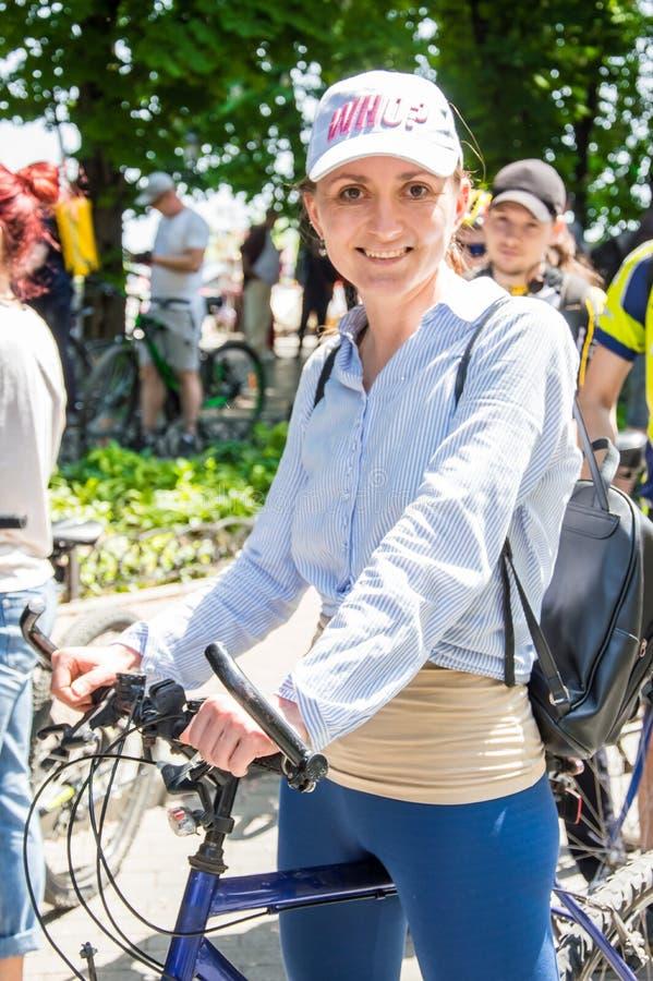 O dia da bicicleta do evento Ciclistas, adultos e crianças, seus retratos imagens de stock royalty free