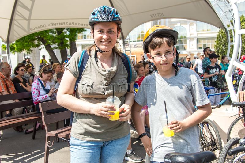 O dia da bicicleta do evento Ciclistas, adultos e crianças, seus retratos fotos de stock royalty free