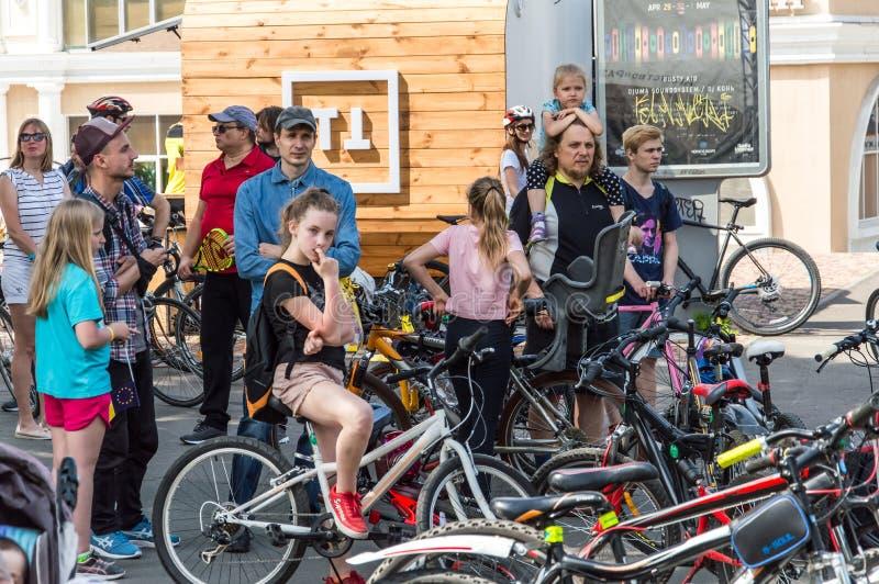 O dia da bicicleta do evento Ciclistas, adultos e crianças, seus retratos foto de stock
