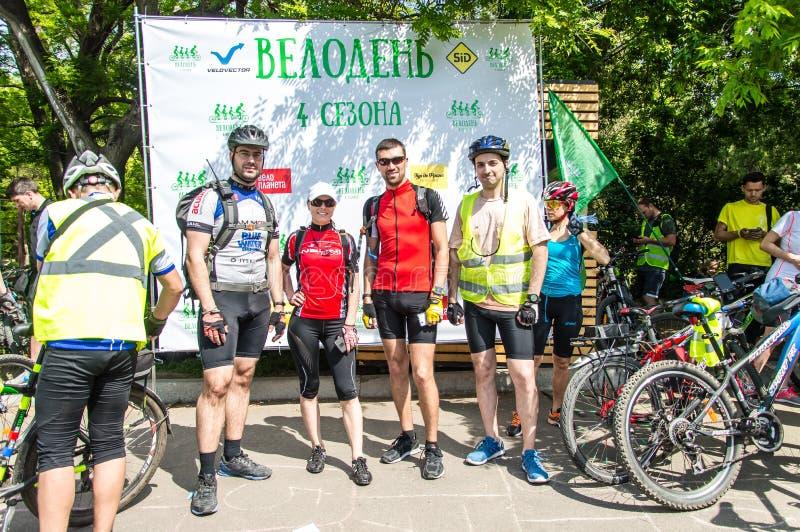 O dia da bicicleta do evento Ciclistas, adultos e crianças, seus retratos fotografia de stock royalty free