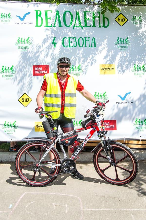 O dia da bicicleta do evento Ciclistas, adultos e crianças, seus retratos foto de stock royalty free