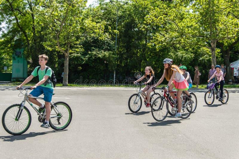 O dia da bicicleta do evento Ciclistas, adultos e crianças, seus retratos imagens de stock