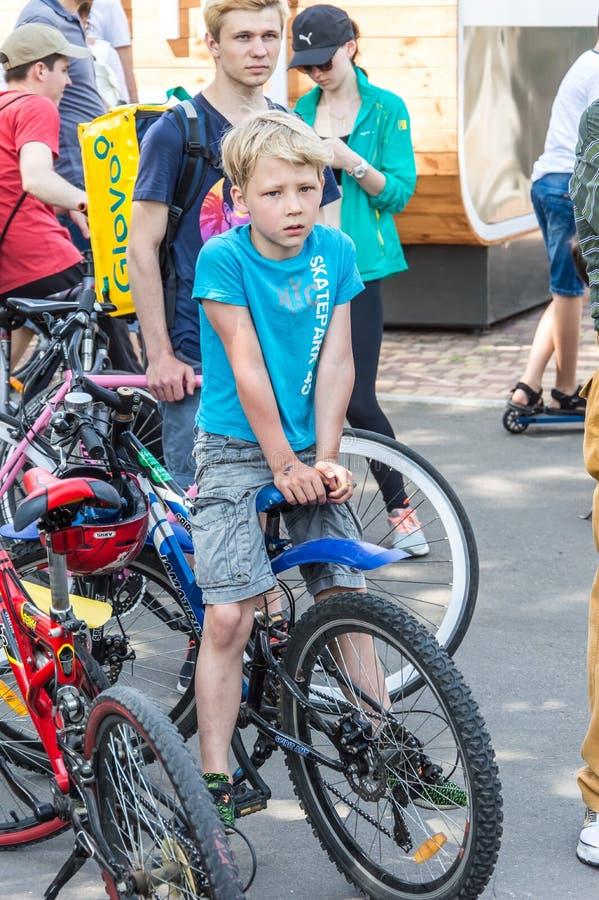 O dia da bicicleta do evento Ciclistas, adultos e crianças, seus retratos imagem de stock royalty free
