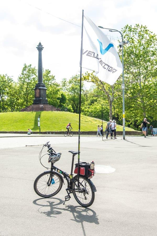 O dia da bicicleta do evento Ciclistas, adultos e crianças, seus retratos imagem de stock