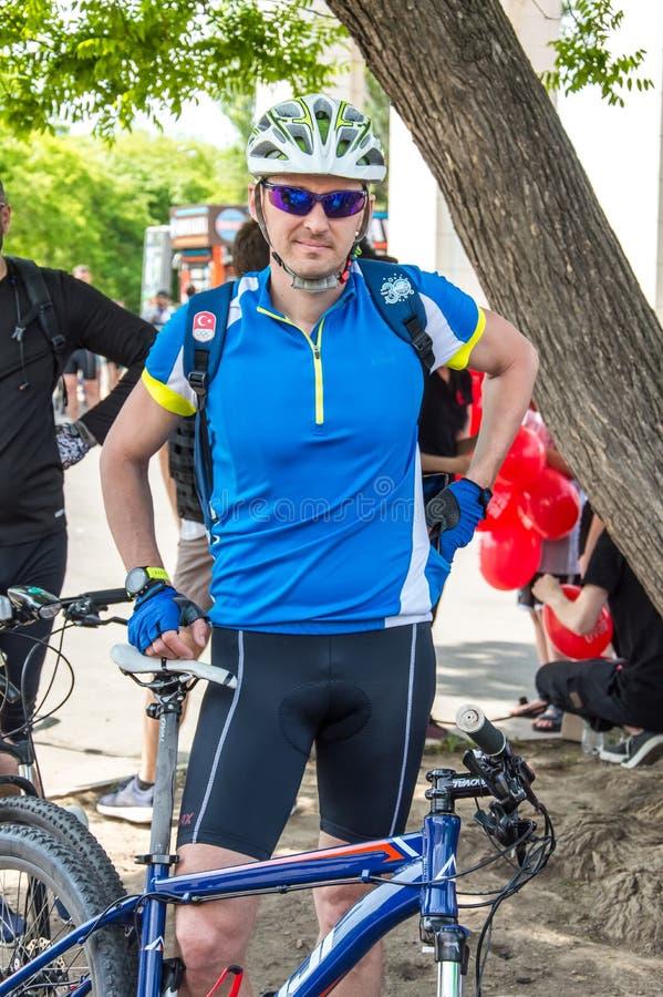 O dia da bicicleta do evento Ciclistas, adultos e crianças, seus retratos fotos de stock