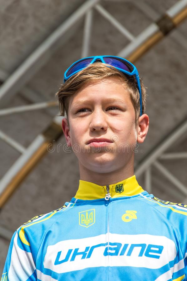 O dia da bicicleta do evento Ciclistas, adultos e crianças, seus retratos fotografia de stock
