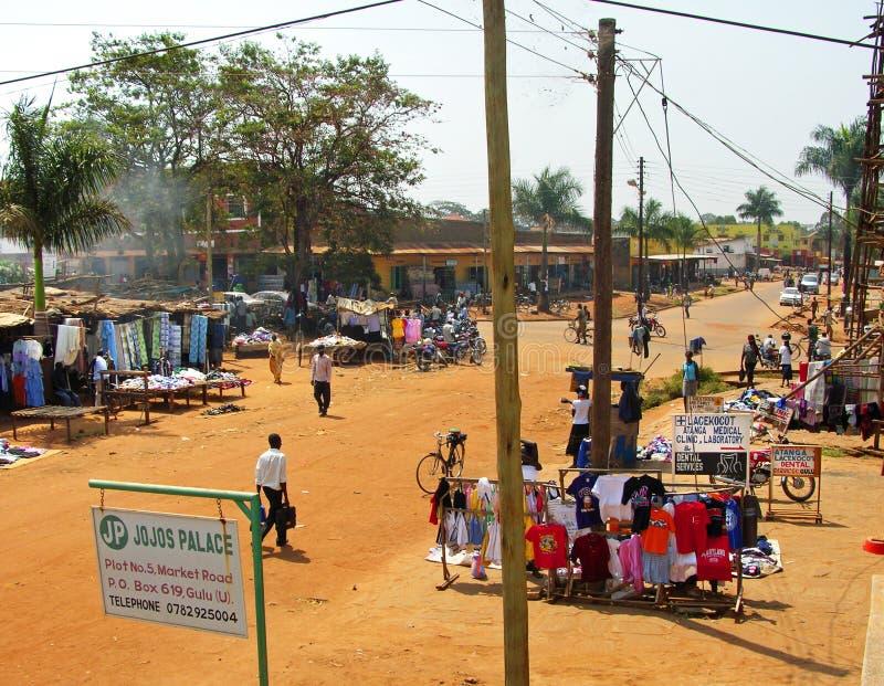O dia da semana introduz no mercado, compra do estilo de vida diverso remoto Gulu da cidade, África imagem de stock