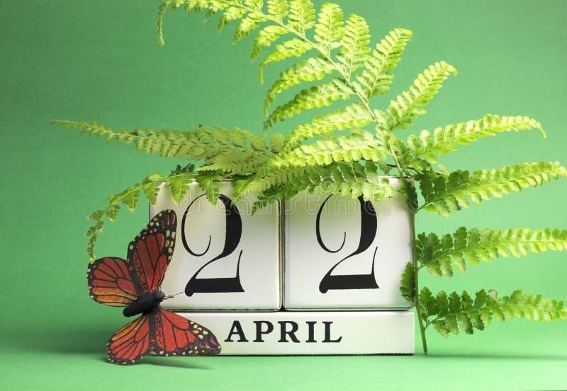O Dia da Terra, salvar o calendário de bloco branco da tâmara, 22 de abril - tema verde. imagens de stock royalty free
