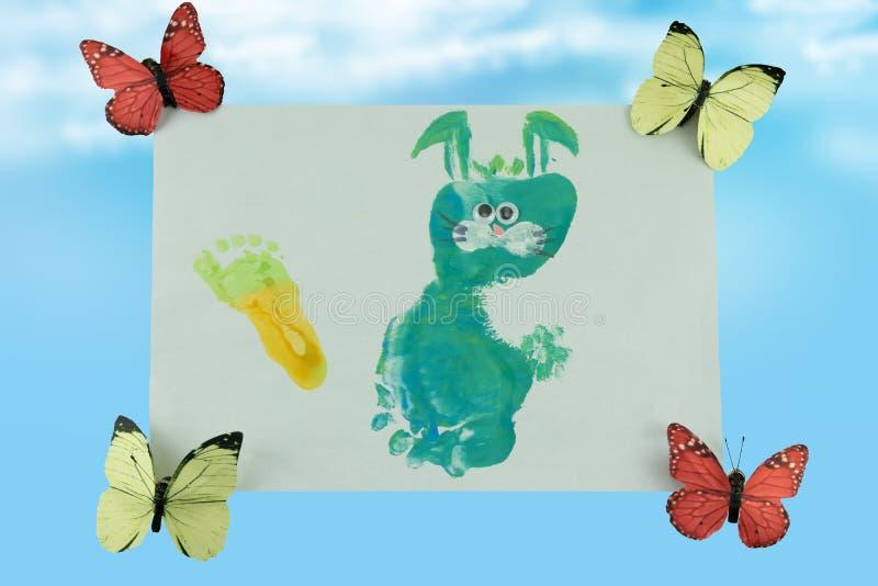 O dia das crianças felizes Uma criança pintou para sua mãe um coelho fotografia de stock