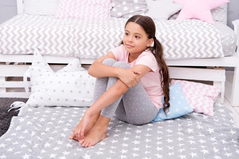 O dia das crianças internacionais Felicidade da infância Menina feliz Beleza e fôrma Forma pequena da criança Menina pequena foto de stock royalty free