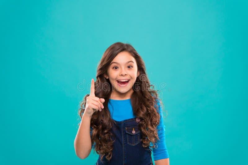O dia das crianças internacionais Forma pequena da criança criança pequena da menina com cabelo perfeito Menina feliz Beleza e fotografia de stock