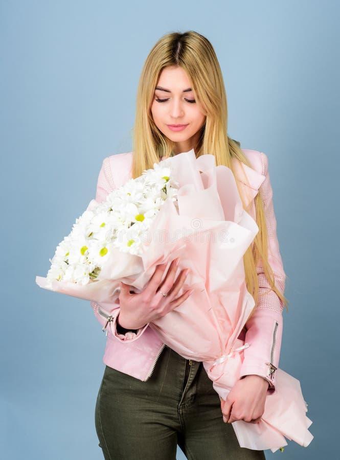 o dia das mulheres Menina bonita Florista no florista Dia de matrizes Mola e ver?o Presente do feliz aniversario marguerite imagem de stock royalty free