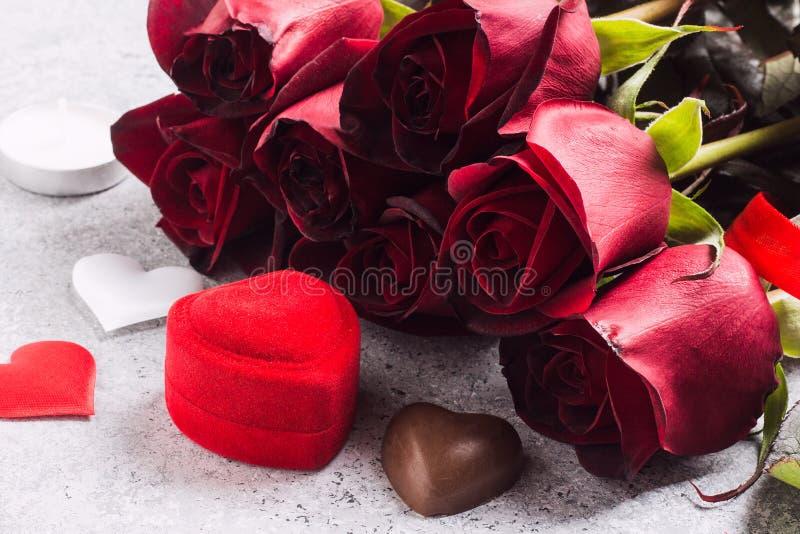 O dia de Valentim casa-me caixa do anel de noivado do casamento com o presente do chocolate da rosa do vermelho foto de stock royalty free