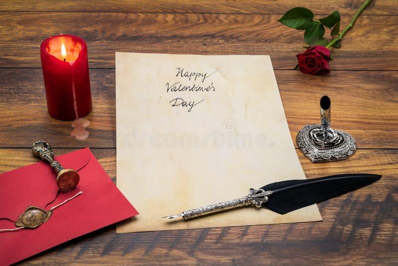 O dia de Valentim clássico cad com pena e suporte decorativos, vermelho envolve com selo da cera, vela vermelha e aumentou, espaç fotografia de stock