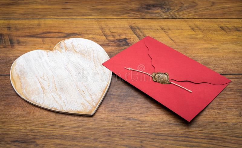 O dia de Valentim clássico retro cad, grande cervo de madeira pintado branco, envelope isolado, vermelho com selo da cera, nos pa fotografia de stock royalty free