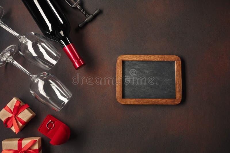 O dia de Valentim com corações, vinho, vidros, presentes, uma caixa sob a forma de um coração e um corkscrew fotos de stock