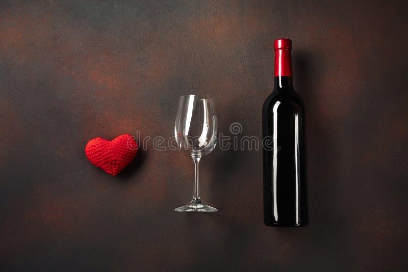 O dia de Valentim com uma garrafa do vinho e um vidro e um anel de noivado Vista superior com espaço da cópia imagens de stock
