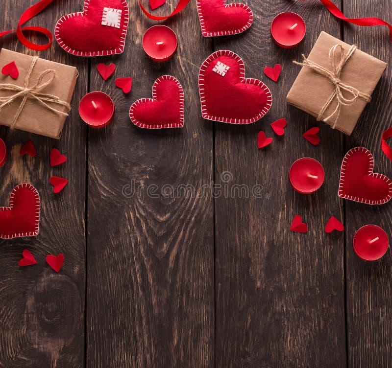O dia de Valentim do arranjo Muitos corações brilhantes diferentes, velas aromáticas vermelhas fotografia de stock royalty free