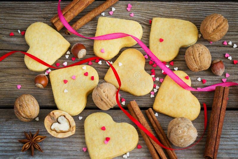 O dia de Valentim do fundo com as cookies na forma de um coração, fotografia de stock royalty free