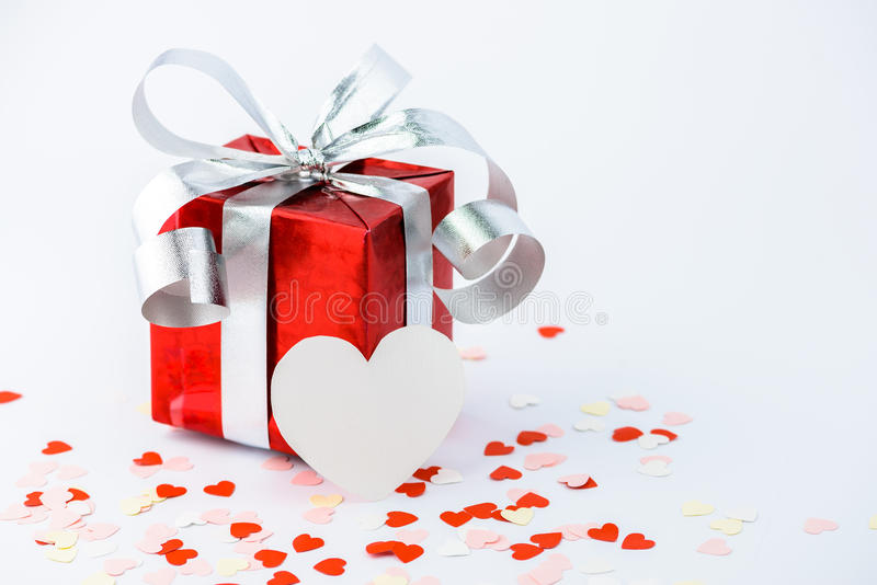 O dia de Valentim e o coração da caixa de presente e do papel dão forma fotos de stock royalty free