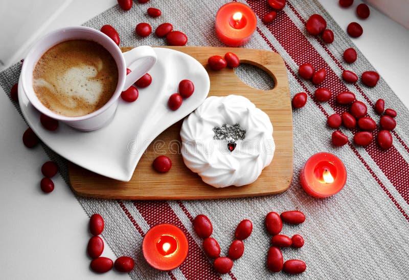 O dia de Valentim feliz de Flatlay com o amor da palavra fotografia de stock royalty free