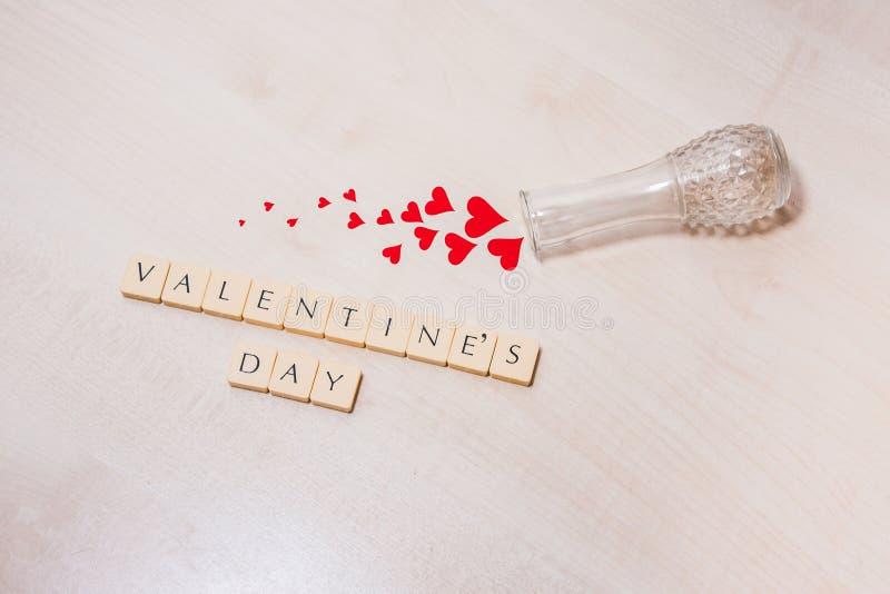 O dia do ` s do Valentim soletrou para fora em telhas da letra imagem de stock royalty free