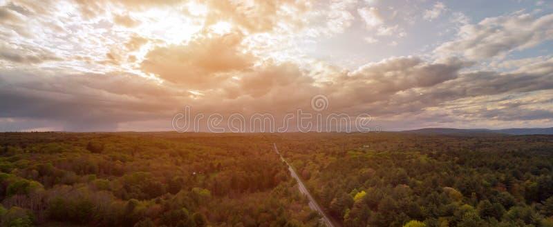 O dia ensolarado bonito é na montanha de Poconos uma paisagem rural da estrada imagem de stock