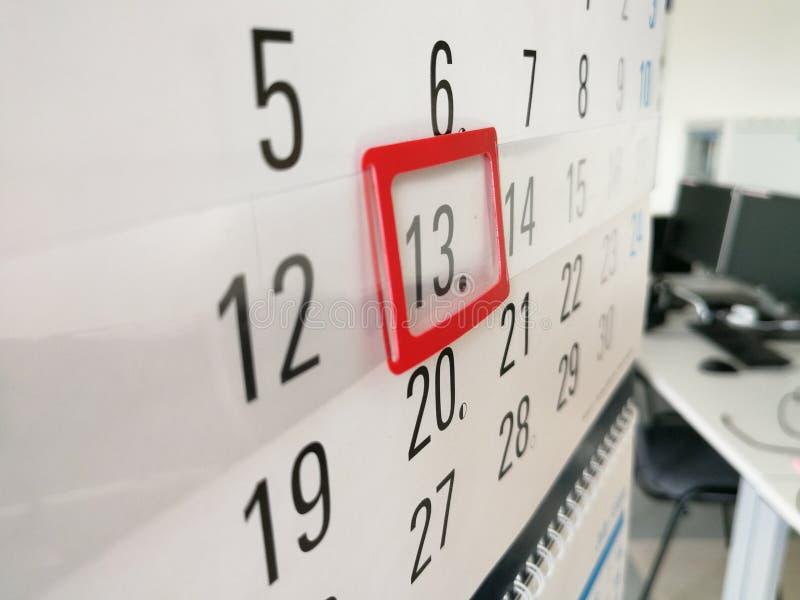 13o dia identificado por meio do marcador vermelho no calendário imagem de stock royalty free