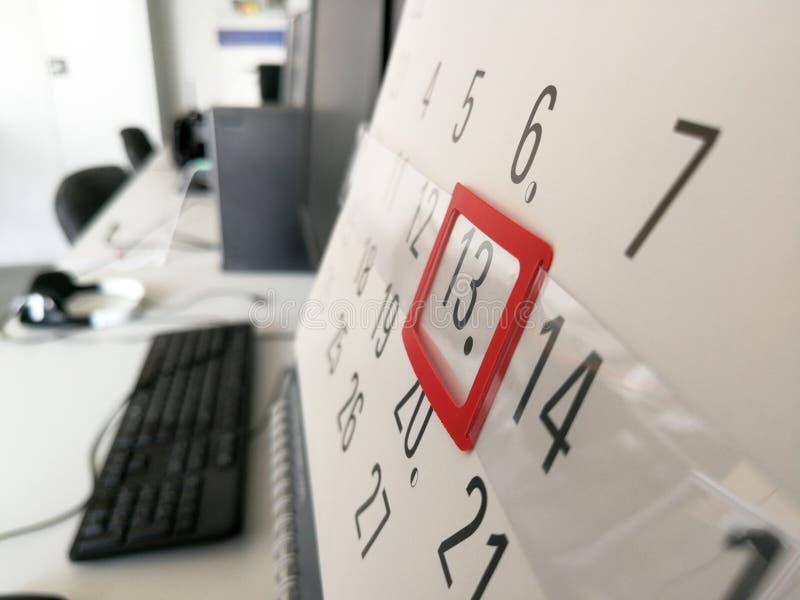 13o dia identificado por meio do marcador vermelho no calendário imagens de stock