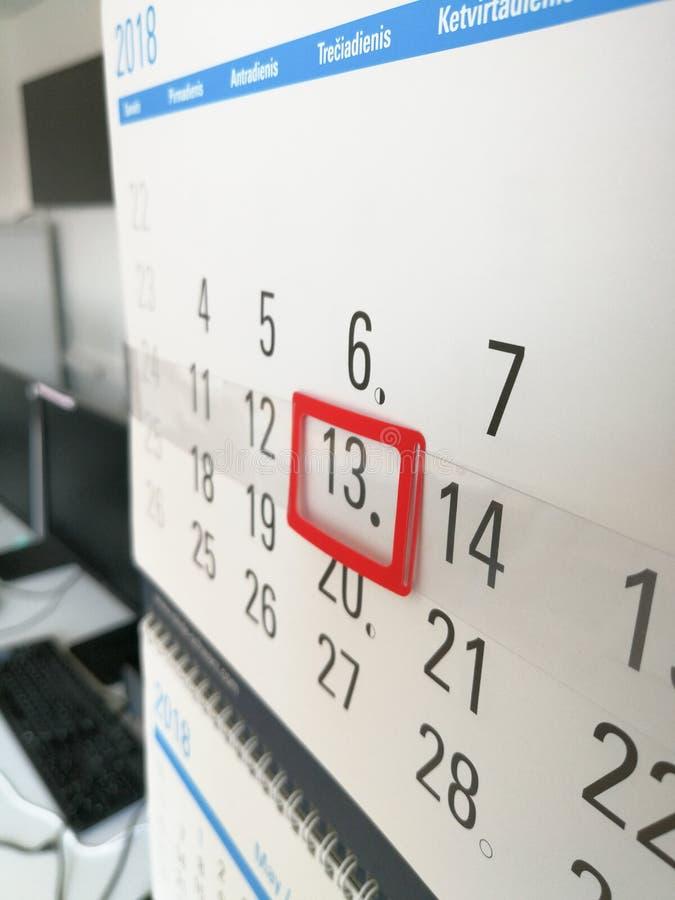 13o dia identificado por meio do marcador vermelho no calendário fotos de stock royalty free
